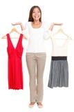 Vrouw die kleding kiest Stock Foto's