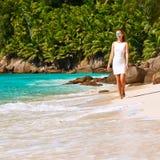 Vrouw die kleding op strand dragen in Seychellen Stock Fotografie