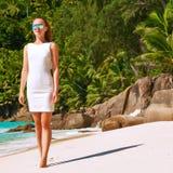 Vrouw die kleding op strand dragen in Seychellen Royalty-vrije Stock Fotografie