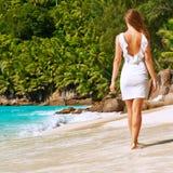 Vrouw die kleding op strand dragen in Seychellen Royalty-vrije Stock Afbeeldingen