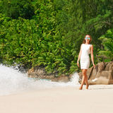 Vrouw die kleding op strand dragen in Seychellen Stock Afbeeldingen