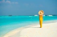 Vrouw die in kleding op tropisch strand lopen stock afbeeldingen