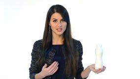 Vrouw die kleine plastic fles tonen stock footage
