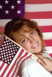 Vrouw die kleine vlag houdt Royalty-vrije Stock Fotografie