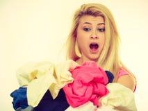 Vrouw die kleren hebben gevouwen aan ijzer Royalty-vrije Stock Fotografie
