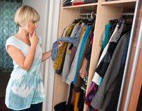 Vrouw die kleren kiest Stock Foto's