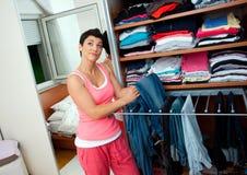 Vrouw die kleren kiest Stock Foto
