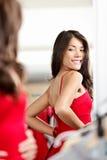 Vrouw die kleren/kleding probeert Royalty-vrije Stock Afbeelding