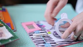Vrouw die kleurrijk gevoeld boek bewerken stock videobeelden