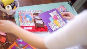 Vrouw die kleurrijk gevoeld boek bewerken stock video