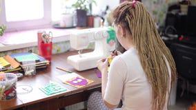 Vrouw die kleurrijk gevoeld boek bewerken stock footage