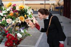 Vrouw die Kleurrijke Bloemen ruikt Royalty-vrije Stock Afbeeldingen