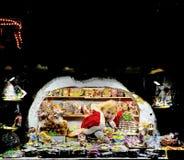 Vrouw die kleurrijke peperkoeken in Kerstmismarkt van Riga verkopen Royalty-vrije Stock Afbeeldingen
