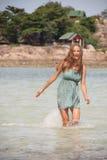 Vrouw die knie-zichdiep in water bevinden Stock Afbeelding