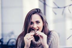 Vrouw die koekje eet royalty-vrije stock foto's
