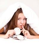 Vrouw die koekjes eet Stock Afbeelding