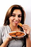 Vrouw die koekjes eet Royalty-vrije Stock Foto