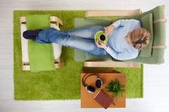 Vrouw die koffie hebben thuis Stock Afbeelding