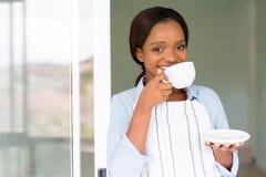 Vrouw die koffie heeft stock foto's