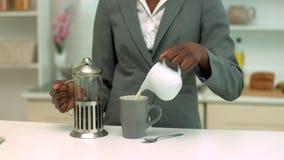 Vrouw die koffie maken bij ontbijt stock footage