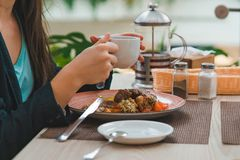Vrouw die in koffie van stadswandelgalerij eten stock foto's
