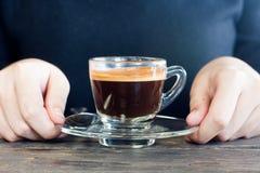 vrouw die koffiekop overhandigen royalty-vrije stock foto's