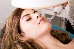 Vrouw die kosmetische procedures doen royalty-vrije stock foto
