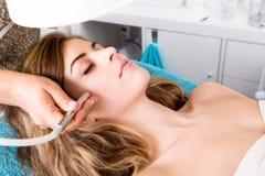 Vrouw die kosmetische procedures doen royalty-vrije stock foto's