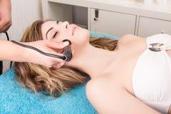 Vrouw die kosmetische procedures doen royalty-vrije stock fotografie