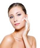 Vrouw die kosmetische room toepast Stock Afbeeldingen