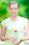 Vrouw die koud mineraalwater van een fles na ex geschiktheid drinkt Royalty-vrije Stock Afbeelding