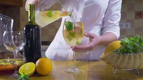 Vrouw die koude sangria in een glas langzame motie gieten stock videobeelden