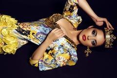 Vrouw die kroon en luxueus kostuum van koningin dragen Stock Afbeelding