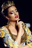 Vrouw die kroon en luxueus kostuum van koningin dragen Royalty-vrije Stock Foto