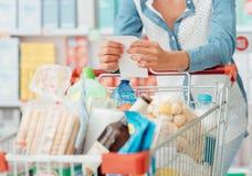 Vrouw die kruidenierswinkel het winkelen doen royalty-vrije stock foto's