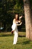 Vrouw die kung-Fu uitoefent stock foto's