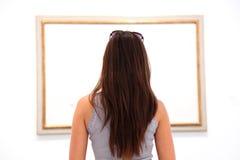 Vrouw die kunst het schilderen in museum bekijkt royalty-vrije stock afbeelding