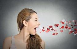 Vrouw die kussen, rode harten verzenden die open mond naar voren komen Royalty-vrije Stock Foto's