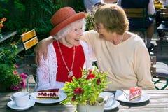 Vrouw die lachende vriend koesteren bij lunch royalty-vrije stock foto