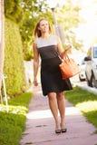 Vrouw die langs Straat aan het Werk lopen royalty-vrije stock foto