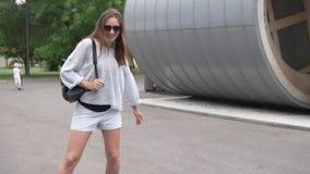 Vrouw die langzaam in het park op een hete de zomerdag rollerblading stock video