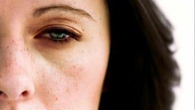 Vrouw die in langzame motie haar oog met een binnen camera openen stock videobeelden