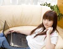 Vrouw die lapop thuis gebruikt Royalty-vrije Stock Fotografie