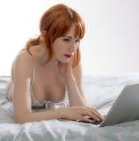 Vrouw die laptop computer met behulp van Royalty-vrije Stock Foto's