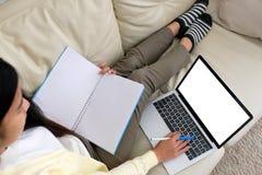 Vrouw die laptop computer met het lege scherm voor spot op malplaatjeachtergrond, technologie en levensstijl met behulp van, die  royalty-vrije stock foto's