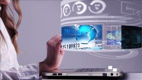 Vrouw die laptop met bedrijfsholograminterface met behulp van royalty-vrije illustratie