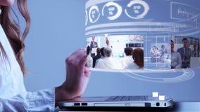 Vrouw die laptop met bedrijfsholograminterface met behulp van vector illustratie