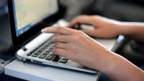Vrouw die laptop met behulp van
