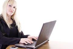 Vrouw die laptop met behulp van Royalty-vrije Stock Afbeelding