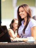 Vrouw die laptop met behulp van royalty-vrije stock afbeeldingen